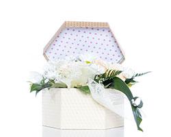 Pappschachtel mit Blumendekoration